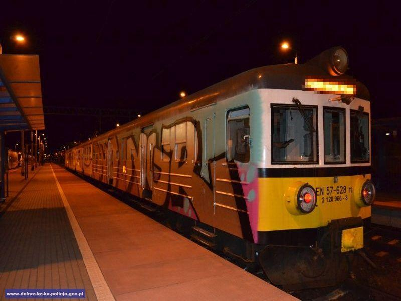 Pomalował pociąg iukrył się wtrawie